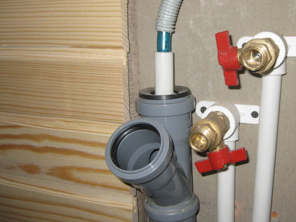 Из шланга вода стекает в канализацию через тройник и резинку-уплотнитель